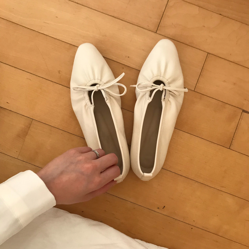 Ribbon flat shoes in ivory / black